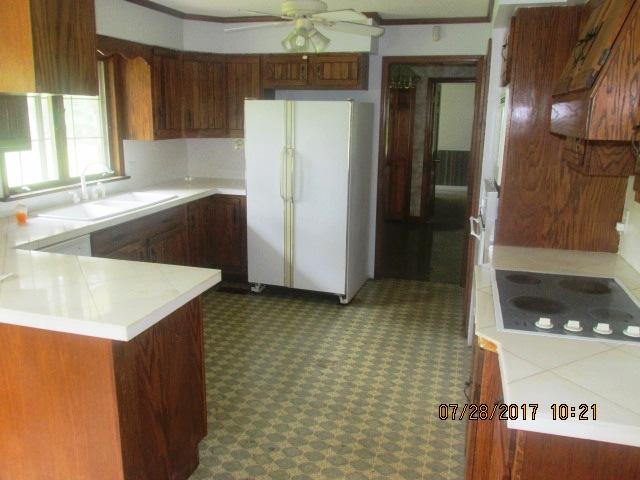 7389 Hwy 55 Kitchen